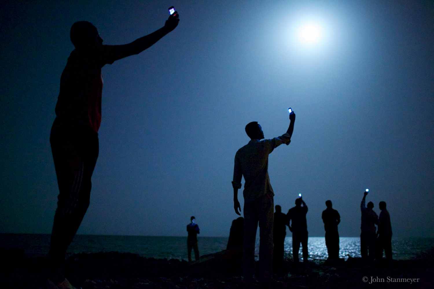 refugees search for signal, john stanmeyer